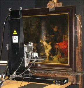 Fig. 2 Lo scanner MA-XRF durante l'investigazione di Susanna e i Vecchi, studio di conservazione della Gemaeldegalerie, a Berlino. Credit della foto: Matthias Alfeld