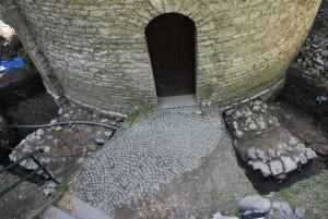 Due contrafforti alla porta della rotonda. Foto di Zofia Jagosz-Zarzycka