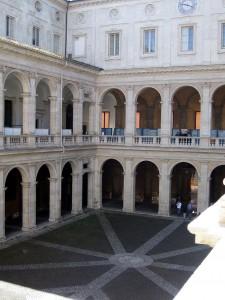 800px-Innenhof_des_Palazzo_della_Sapienza
