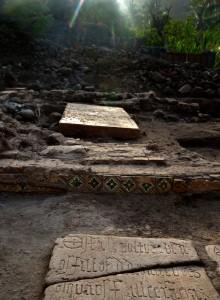 Alcune delle tombe scoperte dagli scavi.