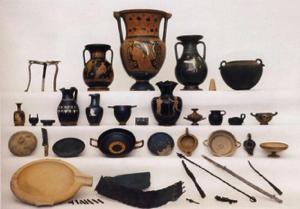 Reperti del quarto secolo: vasi greci, oggetti utilizzati nei banchetti, armi in metallo. Credit: Source/Riccardi 2003