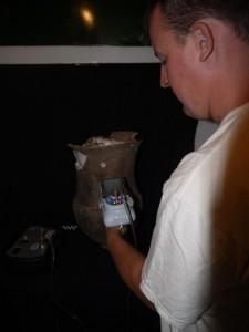 Il dott. Michał Krueger effettua un'analisi di un contenitore utilizzando uno spettrometro XRF manuale. Foto di A. Gomez