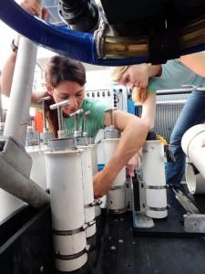 Leila Hamdan, della George Mason University e Melanie Damour del Bureau of Ocean Energy Management, preparano il ROV (2014). Credit: BOEM/Dan Warren, C&C Technologies.