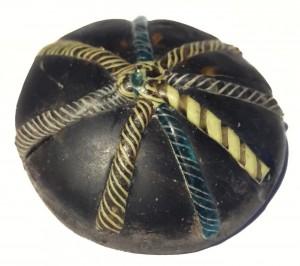 Un piccolo oggetto in vetro, decorato con bande colorate e utilizzato per tenere conti. Credit: University of Sheffield