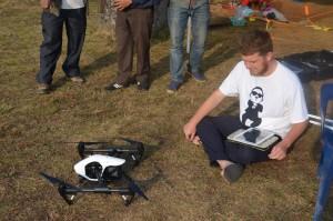 Kasper Hanus prepara il drone per il volo. Foto di Marta Siłakowska