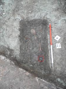 La tomba dello scheletro 23, la cintura è stata ritrovata  sul fianco destro. Credit: University of Leicester