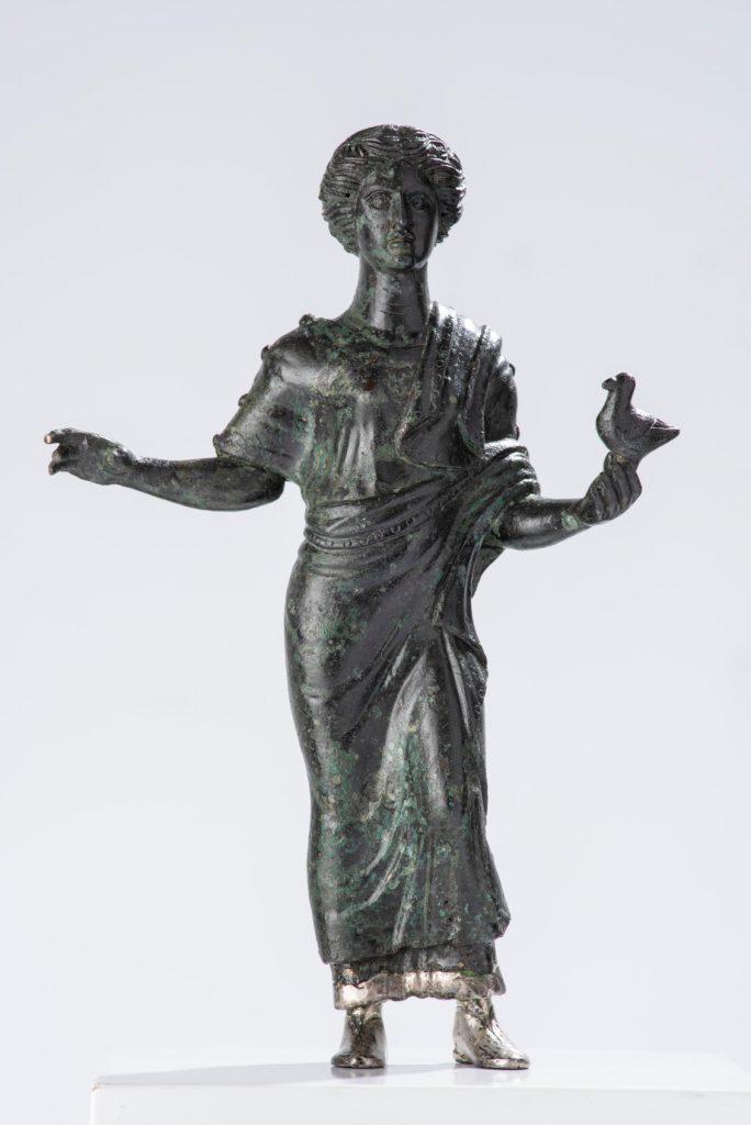 """Statuetta in bronzo """"fanciulla con colomba""""  Statuetta in bronzo  """"fanciulla con colomba""""  350 a.C. h. cm. 23"""