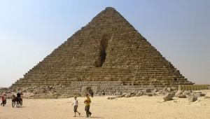 1024px-Giza_Plateau_-_Pyramid_of_Menkaure