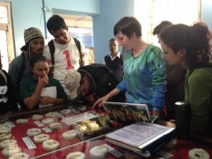 Emilia Smagur nel museo locale informa gli studenti di Katmandu sulle monete ritrovate a  Tilaurakot. Foto di Jennifer Tremblay-Fitton.