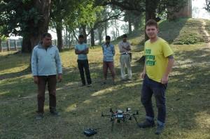 Kasper Hanus prepara il drone per il volo. Foto di E. Smagur.
