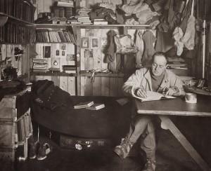 Robert_Falcon_Scott_in_the_Cape_Evans_hut,_October_1911