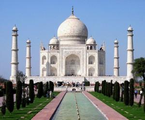 800px-Taj_Mahal_in_March_2004