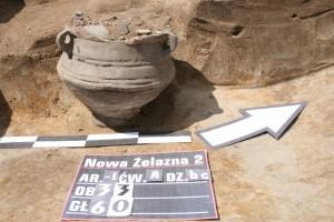 Vaso con tre manici scoperto dagli archeologi. Foto di Aleksandra Jarosz-Panek