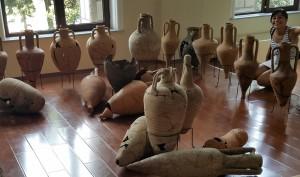 L'autrice del progetto circondata da anfore provenienti dalla parte orientale del Mediterraneo, Museo Archeologico di Batumi. Foto di M. Marciniak