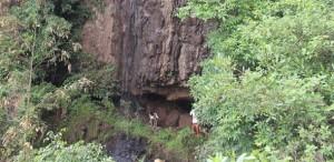 Gli Archeologi al di fuori dell'entrata della Grotta Mota sugli altopiani etiopi, dove i resti contenenti l'antico genoma furono scoperti. Foto di Matthew Curtis