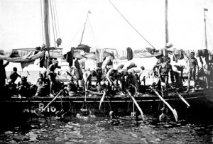 Arab_pearl_divers_in_the_Persian_Gulf