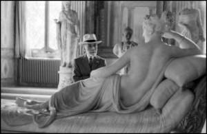 DAVID SEYMOUR Roma 1955. Bernard Berenson osserva la statua di Paolina Borghese di Antonio Canova alla Galleria Borghese di Roma_0.jpg