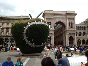 Expo_2015_-_Michelangelo_Pistoletto_-_Third_Paradise_-_The_Reinstated_Apple_(17946999286)