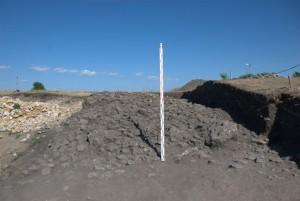 Il terrapieno con lo strato di pietra esterno. Foto di M. Matera