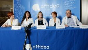 Da sinistra: Marzena Ożarek-Szilke, Kamil Braulińska, Dorota Ignatowicz-Woźniakowska, Monika Dolińska e Andrzej Radkowski, durante la conferenza stampa riguardante il Warsaw Mummy Project, a Otwock. Foto: PAP/Jacek Turczyk 15.12.2015