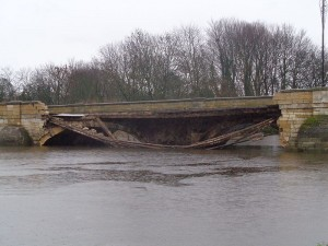 Partially_collapsed_Tadcaster_Bridge_(30th_December_2015)_002