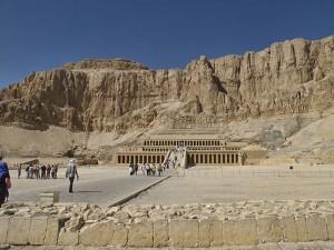 800px-20111106_Egypt_0879_Thebes_Deir_el-Bahri