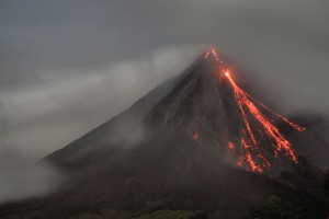 800px-Arenal_at_night