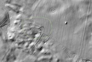 Modello digitale del terreno, generato utilizzando i dati dalla scansione laser aerea (ALS), che mostrano 4 tombe megalitiche nell'area di Płoszkowo (preparato da M. Schiller).