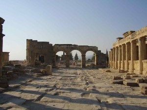 800px-Hierapolis_colonnade