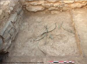 Mudhmar Est - Archi, frecce, pugnali e asce, sparpagliati sul terreno