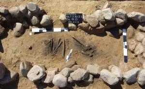 Archeologi nel corso della documentazione di una delle tombe scoperte. Foto di K. Socha
