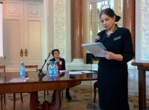 La prof.ssa Anna Gruszczyńska-Ziółkowska espone, sulla sinistra - la prof.ssa Sławomira Żerańska-Kominek - a capo dell'Istituto di Musicologia dell'Università di Varsavia. Foto di S. Zdziebłowski