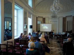 Il dott. Krzysztof Tunia dell'Accademia Polacca delle Scienze tiene una conferenza. Foto di S. Zdziebłowski