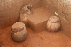 I risultati degli scavi in prossimità delle giare - sepolture in urne ceramiche. Foto di Dougald O'Reilly
