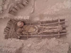 Resti umani in una sepoltura della Cultura Lima (500-700 d. C.) presso la Huaca Pucllana, Lima, Perù. Credit: Huaca Pucllana research, conservation and valorisation project