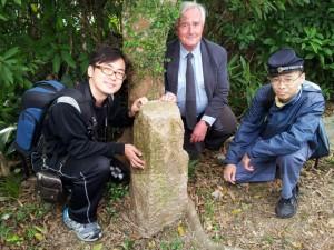 Chan Yiu-hung, il Dott. Stephen N.G. Davies, e Choi Cho-hong e la B.O. No4. Credit: The University of Hong Kong