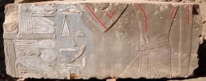 Rappresentazione femminile di Hatshepsut (evidenziata dalle linee rosse) che fu poi sostituita dall'immagine di un sovrano maschio (Foto German Archaeological Institute).