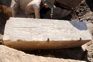Pilastro dalla stazione secondaria eretto dalla Regina Hatshepsut per il dio Khnum (Foto German Archaeological Institute).