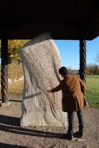 Per Holmberg, ricercatore presso l'Università di Goteborg, con la Pietra runica di Rök. Credit: University of Gothenburg