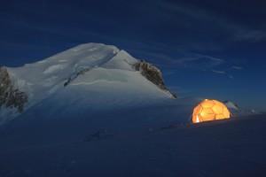 Tenda di Carotaggio al Col du Dome con vetta del Monte Bianco. Credit: Bruno JOURDAIN_CNRS Photothèque