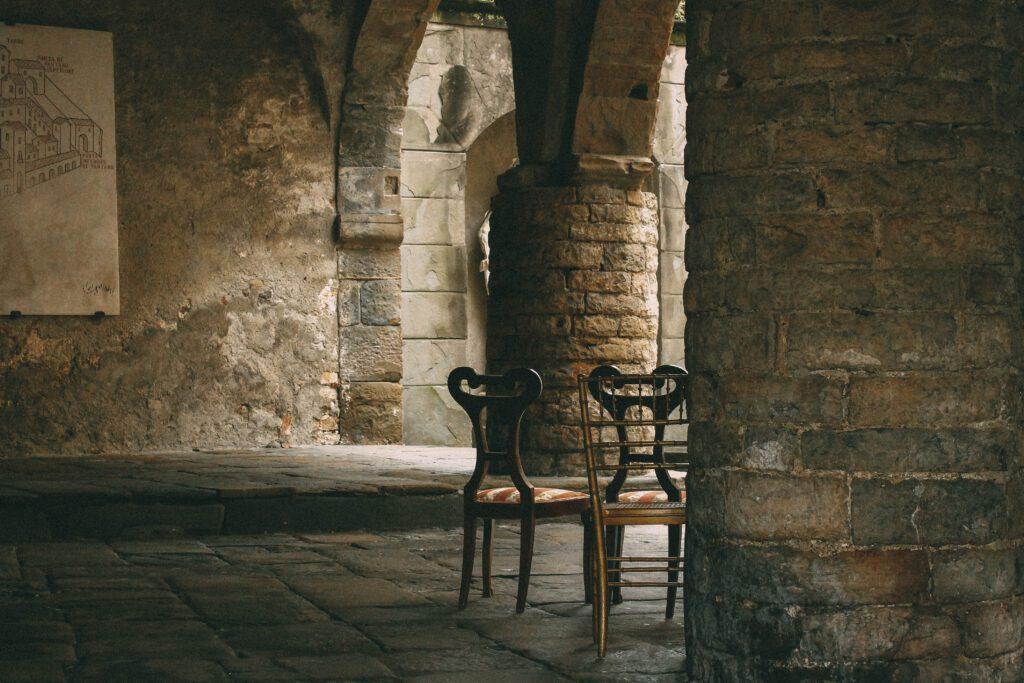 borgo antico porticato sedie