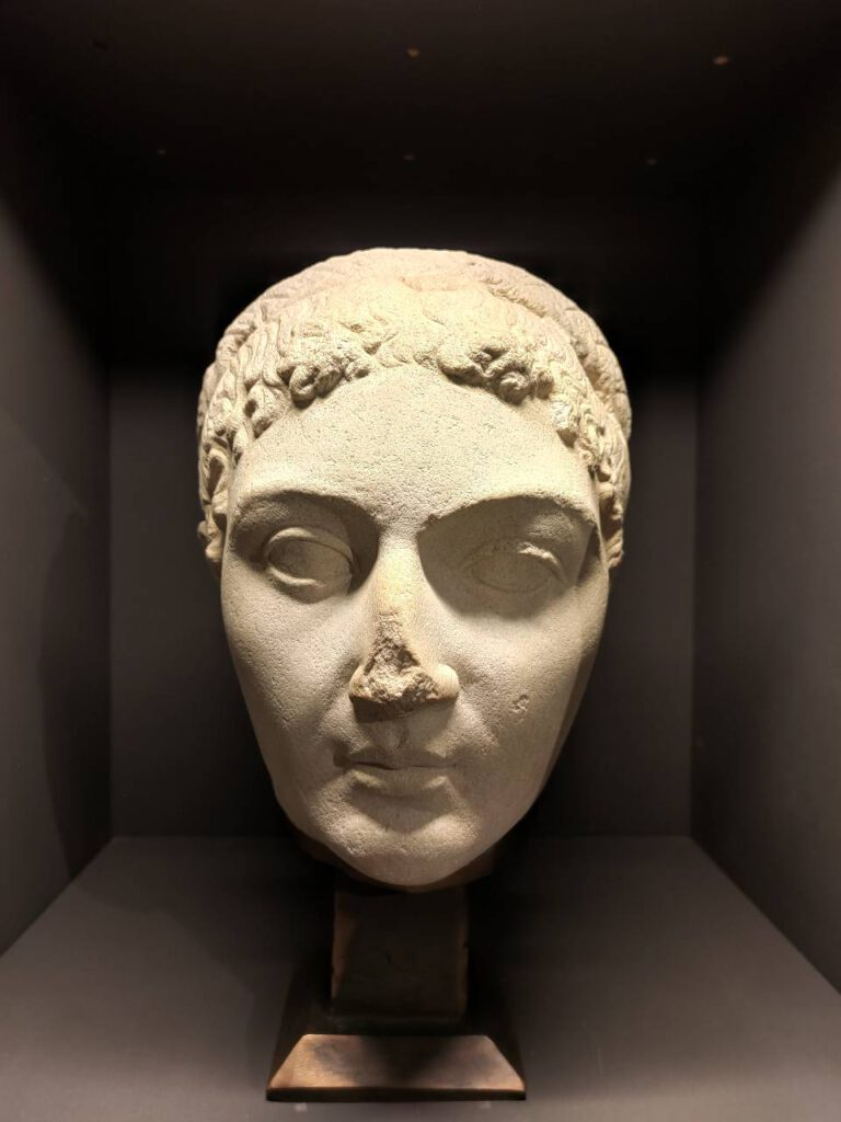 mostra cipro testa in pietra